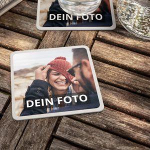Bierdeckel mit Foto auf Holztisch