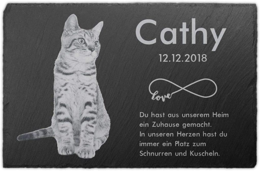 Schiefertafel als Grabstein für Katzen mit Namen