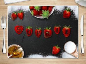 Tischset mit Erdbeeren als Namen gelegt